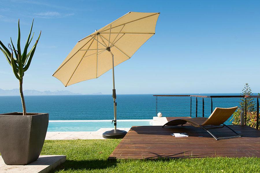 grand parasols et avec socles roulettes et housses de protection. Black Bedroom Furniture Sets. Home Design Ideas
